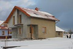 Nueva casa moderna en pueblo en invierno Fotografía de archivo libre de regalías