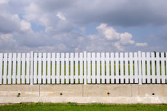 Nueva cerca blanca con con la base concreta Foto de archivo libre de regalías