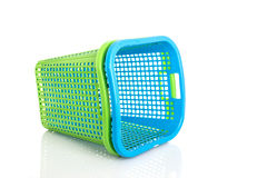 Nueva cesta plástica azul y verde vacía aislada en blanco Fotografía de archivo