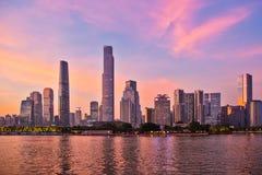 Nueva ciudad de Zhujiang con el resplandor 2 de la puesta del sol Imagenes de archivo