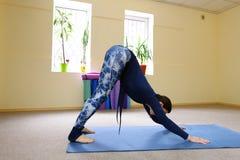 Nueva clase de la yoga del uso de la madre para revivir dolor en espina dorsal Imagenes de archivo
