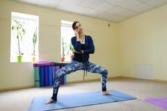 Nueva clase de la yoga del uso de la madre para revivir dolor en espina dorsal Fotos de archivo