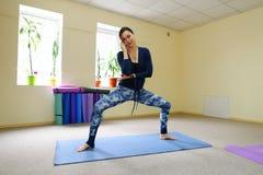 Nueva clase de la yoga del uso de la madre para revivir dolor en espina dorsal Foto de archivo