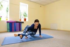 Nueva clase de la yoga del uso de la madre para revivir dolor en espina dorsal Imagen de archivo