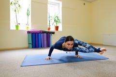 Nueva clase de la yoga del uso de la madre para revivir dolor en espina dorsal Imágenes de archivo libres de regalías
