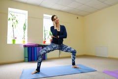 Nueva clase de la yoga del uso de la madre para revivir dolor en espina dorsal Fotografía de archivo