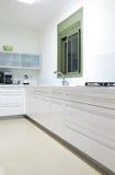 Nueva cocina en un hogar moderno Fotografía de archivo libre de regalías