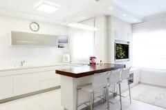 Nueva cocina en un hogar moderno Foto de archivo