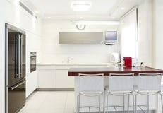 Nueva cocina en un hogar moderno Fotos de archivo libres de regalías