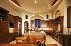 Nueva cocina enorme del hogar de la mansión foto de archivo