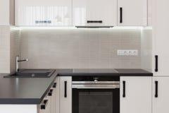 Nueva cocina moderna con construido en golpecito de agua del horno y del cromo foto de archivo