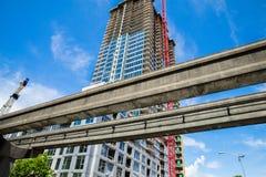 Nueva construcción al lado de los carriles del tránsito Imagen de archivo libre de regalías