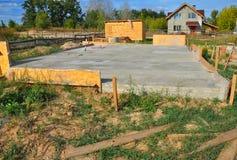 Nueva construcción casera de la losa de la fundación con hormigón reforzado Imagen de archivo libre de regalías