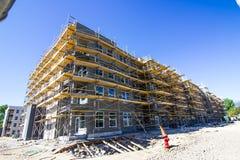 Nueva construcción de apartamentos mayores imagenes de archivo