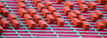 Nueva construcción de la azotea Nuevas tejas en el tejado fotografía de archivo libre de regalías