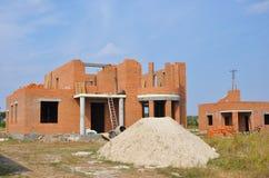 Nueva construcción de la casa del edificio de ladrillo con las columnas de la entrada al aire libre Foto de archivo libre de regalías