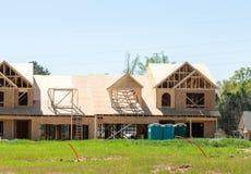 Nueva construcción de madera de la casa de fila Foto de archivo