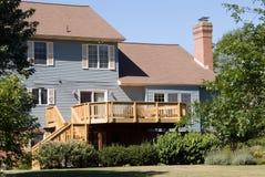Nueva cubierta en hogar suburbano Imagenes de archivo