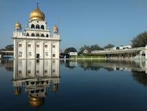 NUEVA DELI, la INDIA - 18 de abril de 2019, Nanak Piao Sahib, Gurdwara, sarovar, charca de agua imagenes de archivo