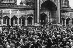 Nueva Deli, la India, el 11 de junio de 2018: Un grupo de personas enorme recolectado en el patio de Jama Masjid en ocasi?n de ?I imagenes de archivo