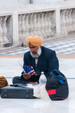Nueva Deli - marzo de 2011 - emigrante sikh, sentándose en el pavimento, estudios cómo conseguir legalmente en los E.E.U.U. imágenes de archivo libres de regalías