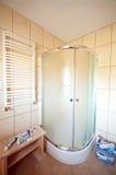Nueva ducha del cuarto de baño Imagen de archivo libre de regalías