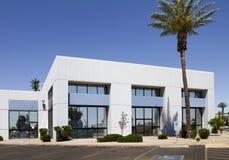 Nueva entrada corporativa moderna del edificio de oficinas Foto de archivo libre de regalías