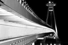 Nueva escena de la noche del puente de Bratislava Imagenes de archivo