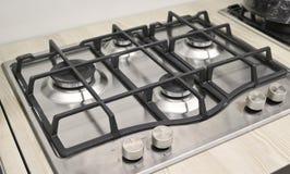 Nueva estufa de gas moderna con cuatro hornillas para la cocina, superficie de acero inoxidable fotos de archivo