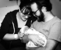 Nueva hija de Hold Their Newborn de la madre y del padre en el hospital Foto de archivo