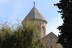 Nueva iglesia cristiana en la ciudad de Bodbe en Georgia foto de archivo