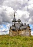 Nueva iglesia de madera en el pueblo antiguo registro de Muya, Leningrad fotos de archivo