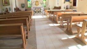 Nueva iglesia moderna del pueblo con las pinturas y el altar de los bancos almacen de metraje de vídeo