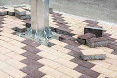 Nueva instalación eléctrica inoxidable del polo Losa de piedra concreta Renovación peatonal pública del área Lamdcaping y imagen de archivo libre de regalías