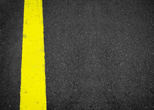 Nueva línea amarilla en la textura del camino, asfalto como fondo abstracto Foto de archivo libre de regalías