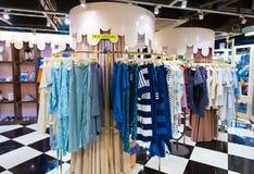 Nueva llegada en tienda de la ropa de las señoras en Siam Center, Bangkok Imagen de archivo