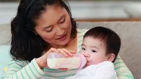 Nueva madre que alimenta a su bebé almacen de metraje de vídeo