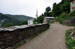 """Nueva mezquita en el pueblo del """"rnalevà """"de CÃ, Albania del noreste fotos de archivo"""