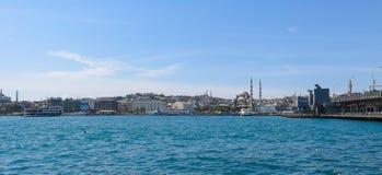 Nueva mezquita y x28; Yeni Cami y x29; del río de Bosphorus Fotos de archivo