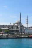 Nueva mezquita (Yeni Cami) del río de Bosphorus Foto de archivo libre de regalías