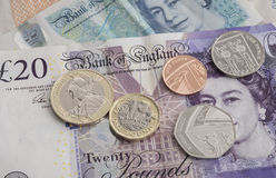 Nueva moneda de libra con los billetes de banco del sterling británico Fotos de archivo