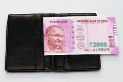 Nueva moneda india de 2000 notas de la rupia en el monedero del dinero Imagen de archivo