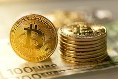 nueva moneda virtual de los bitcoins con euro tradicional como fondo Imagen de archivo libre de regalías