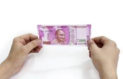 Nueva nota india de la moneda en manos Foto de archivo