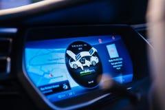 Nueva pantalla de ordenador del tablero de instrumentos del modelo S de Tesla fotos de archivo