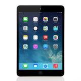 Nueva pantalla del IOS 7 del sistema operativo en el iPad mini Apple Foto de archivo libre de regalías