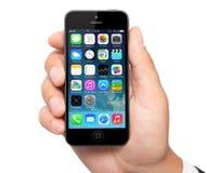 Nueva pantalla del IOS 7 del sistema operativo en el iPhone 5 Apple Imagen de archivo libre de regalías