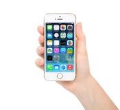 Nueva pantalla del sistema IOS 7,1 de la actualización en el oro del iPhone 5S Fotografía de archivo