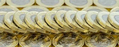 Nueva pila caída separada de las monedas de libra del dinero británico Imagen de archivo
