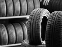 Nueva pila de los neumáticos del coche foto de archivo